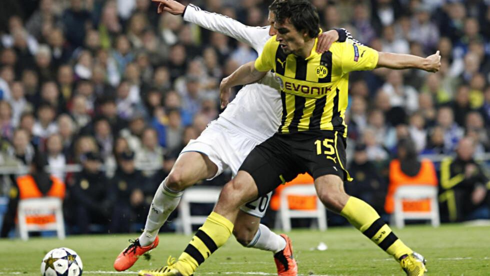 IKKE I JANUAR: Rapportene om at Mats Hummels (til høyre) skulle signere for Manchester United stemte ikke. Den tyske midtstopperen spiller også resten av sesongen for Borussia Dortmund. Foto: (AP Photo/Alberto Di Lolli)