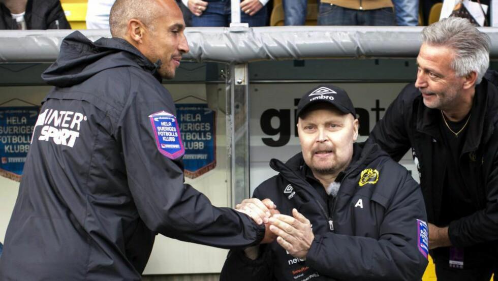 HEDRES. Populære Klas Ingesson som avled onsdag blir hedret over hele Sverige på lørdag. Her hilser han på den tidligere storspilleren Henke Larsson under en kamp i august i år. Foto: EPA.