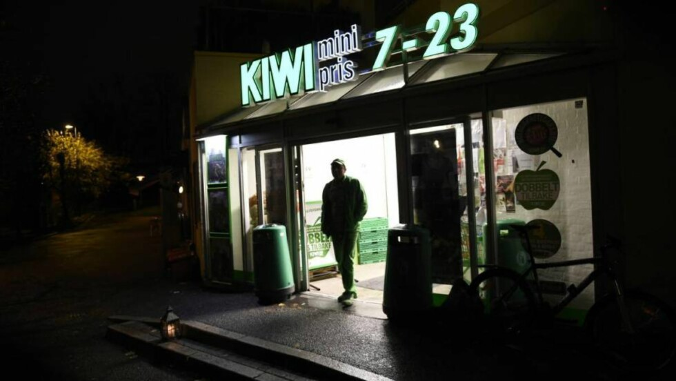 STOPPET EGGSALG: Hos Kiwi-butikken på Jordal i Oslo måtte butikksjef Therese Nord ta grep etter bekymringsmeldinger fra naboene. Foto: Lars Eivind Bones