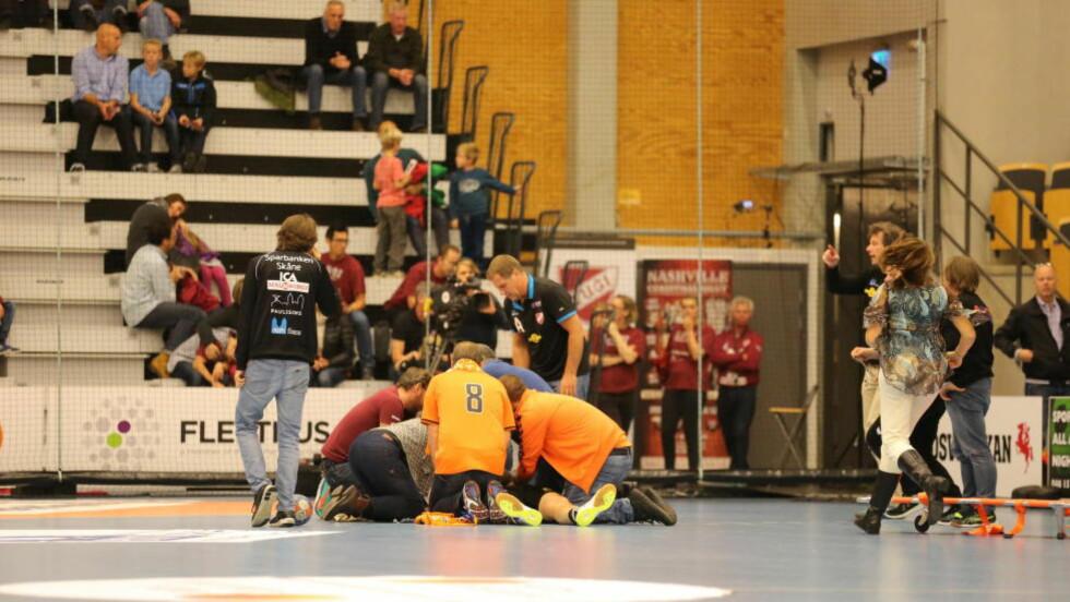 BLE LIGGENDE LIVLØS:  Joacim Erntsson ble liggende livløs på håndballbanen under skånederbyet for en uke siden. Nå er han skrevet ut fra sykehuset og har fått operert inn en pacemaker. Foto: Expressen.