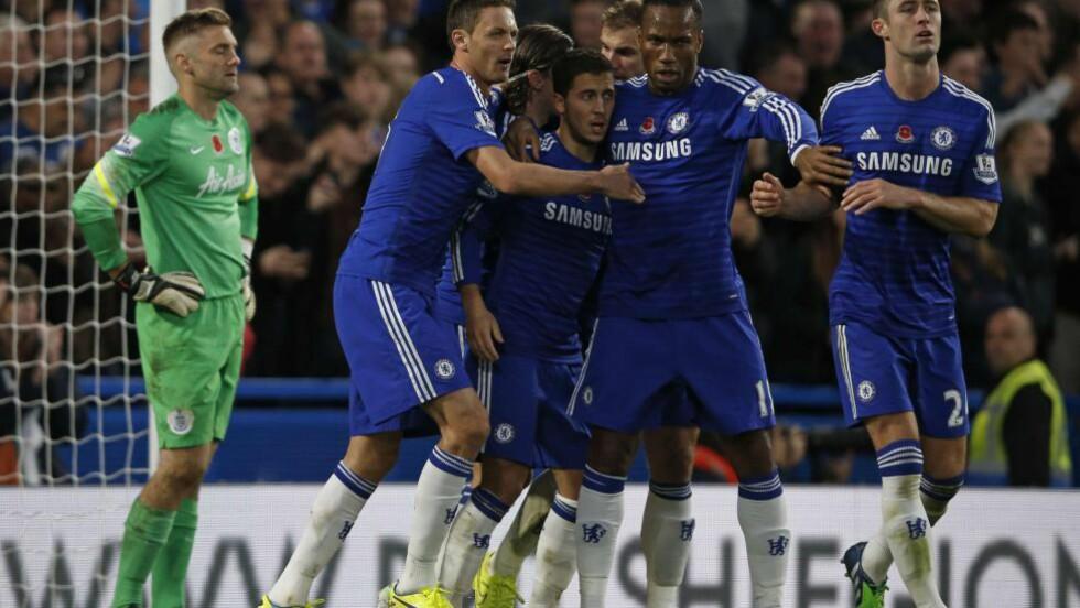 2-1: Chelsea-spillerne feirer etter at Eden Hazard har satt inn 2-1 fra straffemerket, mens QPR-keeper Robert Green fortviler i bakgrunnen. Foto: AFP PHOTO / ADRIAN DENNIS / NTB SCANPIX