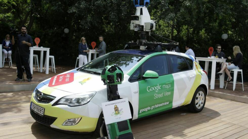 KAMERABILER: Googles kamerabiler har kjørt verden rundt for å levere bilder til tjenesten street view. Nå må de betale erstatning for et bilde. Foto: AP Photo/Thanassis Stavrakis/NTB Scanpix