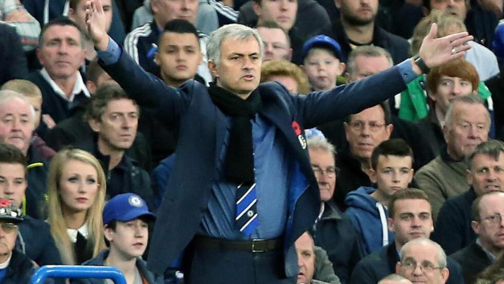 STILLE: Manager José Mourinho var godt fornøyd med at laget tok tre poeng på en kveld hvor ikke alt stemte. Det han derimot ikke var like fornøyd med var stemningen på Stamford Bridge. Foto: EPA/KIERAN GALVIN