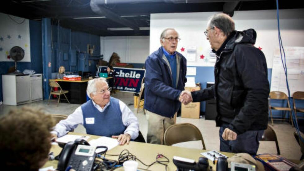 SENATORFAR: Faren til Michelle Nunn, Sam Nunn (i midten) var selv en profilert senator fra Georgia. Her hilser han på frivillige som jobber for datterens valgkamp. Foto: Johannes Worsøe Berg / Dagbladet