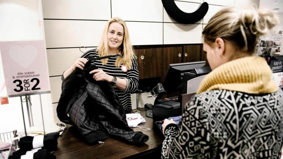 Jobber for pensjon:   Anette Krogvold Melby (25) jobber det hun kan ved siden av studiene, vil gjerne tjene seg opp litt pensjon. Her i Cubus på Jessheim storsenter.
