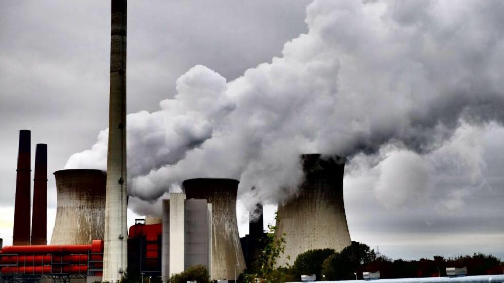 CO2-UTSLIPP:  FNs klimarapport slår fast at vi må over på lavkarbonløsninger, altså gå fra kull til for eksempel vindenergi eller atomkraft. Dette bildet er tatt fra det kulldrevne kraftverket Neurath i Garzweiler, Tyskland. Foto: Patrik Stollarz / AFP Photo / NTB Scanpix