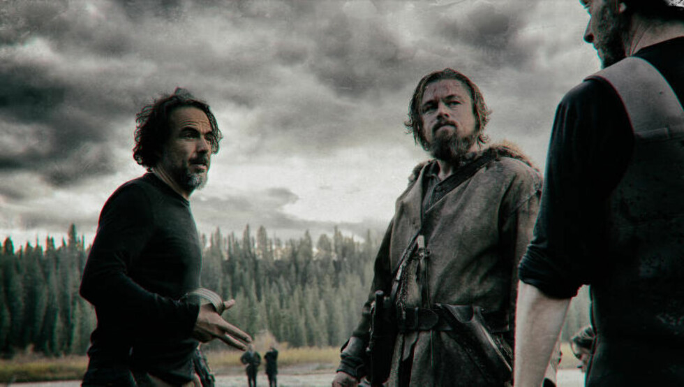 INSTRUERER: Til venstre instruerer Alejandro González Iñárritu blant andre Leonardo DiCaprio på settet i Canada. Foto: 20th Century Fox