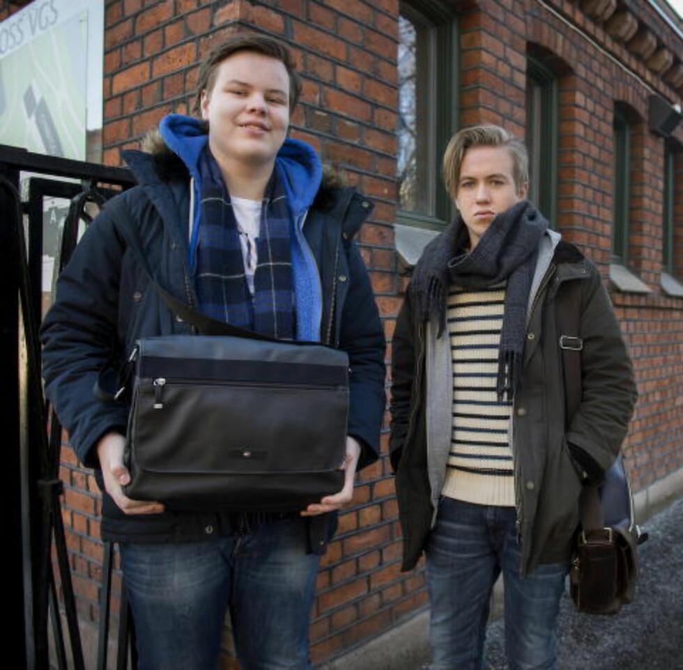 SKINNVESKER : Mads Nymoen Urfe (17) Lars Hovland (17) går på Foss VGS og har begge skolebager til 3000 kroner. Foto: Øistein Norum Monsen / DAGBLADET