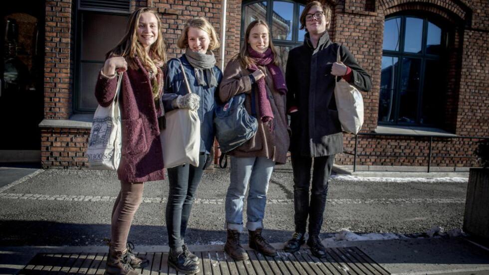BÆRENETT : Anniken Høeg Haøvorsen (17), Anna With (17), Tora Dahl (18) og Håkon Blystad (17) har skolebager til 60 kroner, bortsett fra Tora Dahl som har en Fjällreven-sekk til 700 kroner. Foto: Øistein Norum Monsen / DAGBLADET