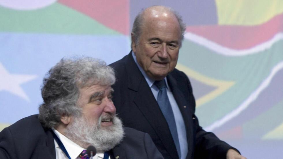HEMMELIG AGENT. Chuck Blazer t.v.ble i følge New York Daily News presset til å opptre som informant og hemmelig agent for FBI og URS i etterforskning av korrupsjon. Her er han avbildet sammen med president Sepp Blatter. FOTO: AFP.