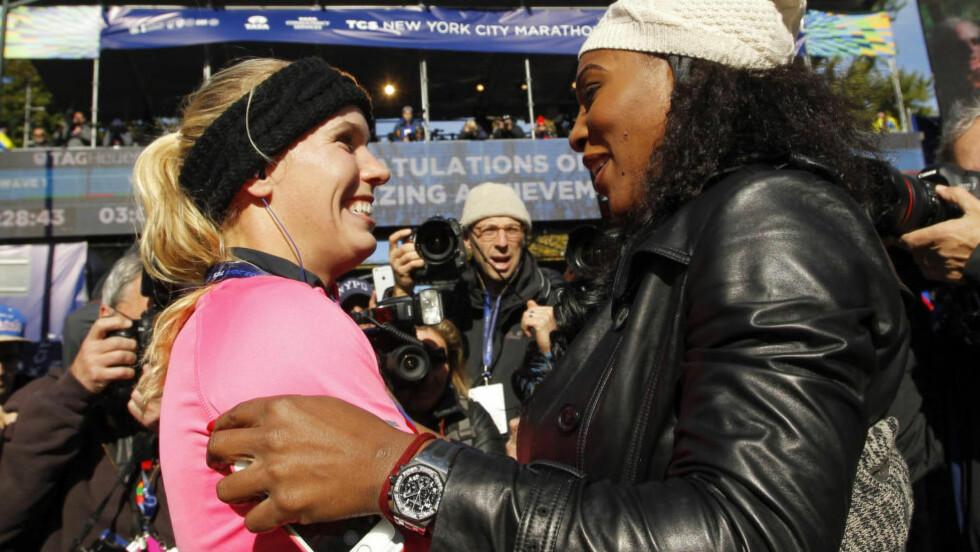 ¨RØRT OG STOLT:Caroline Wozniacki fullførte i går en hel maraton. Hun ble gratulert av en rørt Serena Williams i mål. Foto: REUTERS / Eduardo Munoz / NTB SCANPIX