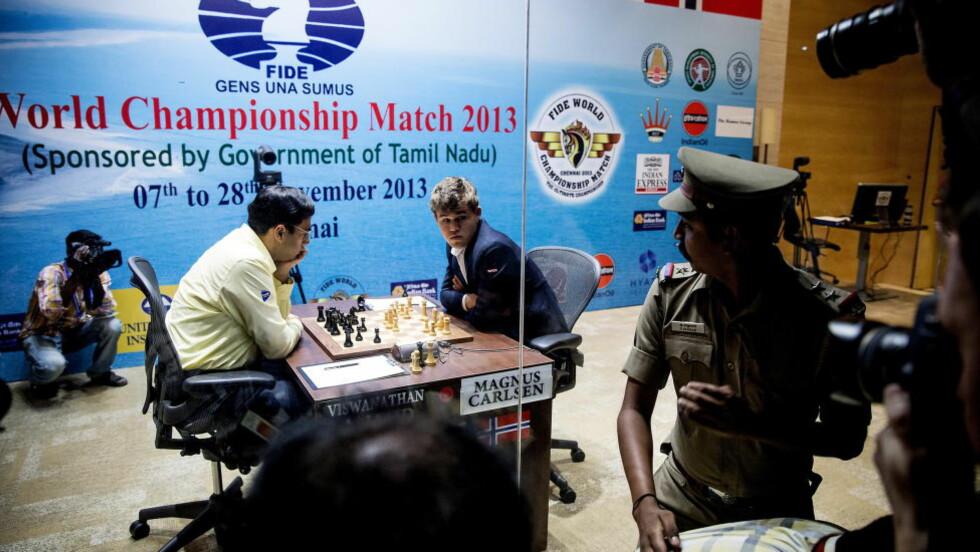 ET ÅR SIDEN: For et år siden slo Magnus Carlsen Vishy Anand på hjemmebane i India. Nå møtes de to igjen - denne gangen i Russland. Foto: BJØRN LANGSEM