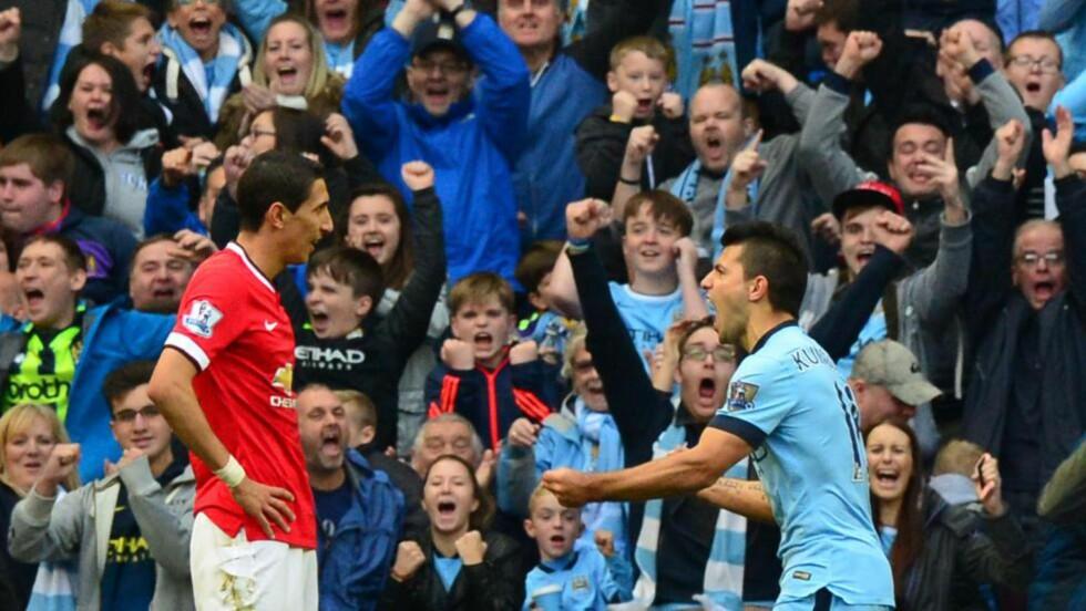 DYREST AV DE DYRE: Manchester United stilte i går med tidenes dyreste Premier League-ellever. Sergio Agüero (39,6 mill) og Angel Dí María (66 mill) var de to dyreste på banen. Her feirer Agüero vinnermålet foran Dí María og City-fansen. FOTO: AFP PHOTO/PAUL ELLIS.