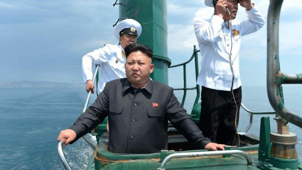OVER VANN: Dette bildet ble sluppet av det offisielle nordkoreanske nyhetsbyrået KCNA i juni i år, og viser Kim Jong-un om bord i «ubåt nr. 748». Arkivfoto: AFP  / KCNA via KNS / NTB scanpix