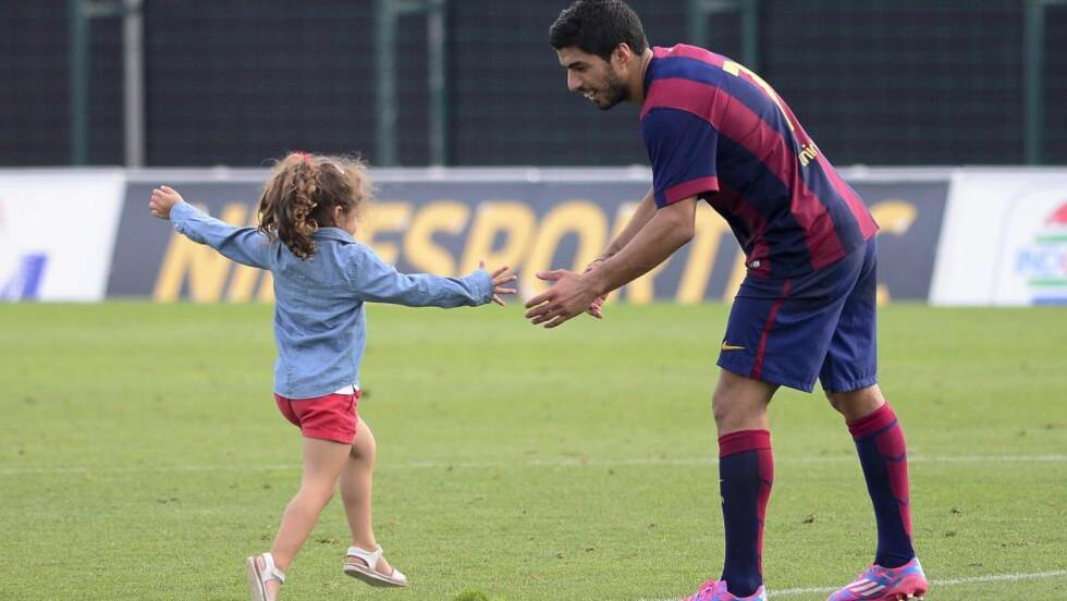 VONDT: Luis Suarez forteller om den vanskelige tiden borte fra fotballen, og hvor vondt det var å måtte forklare for datteren hvorfor han ikke hadde lov til å spille. Foto: AFP PHOTO / JOSEP LAGO / NTB SCANPIX