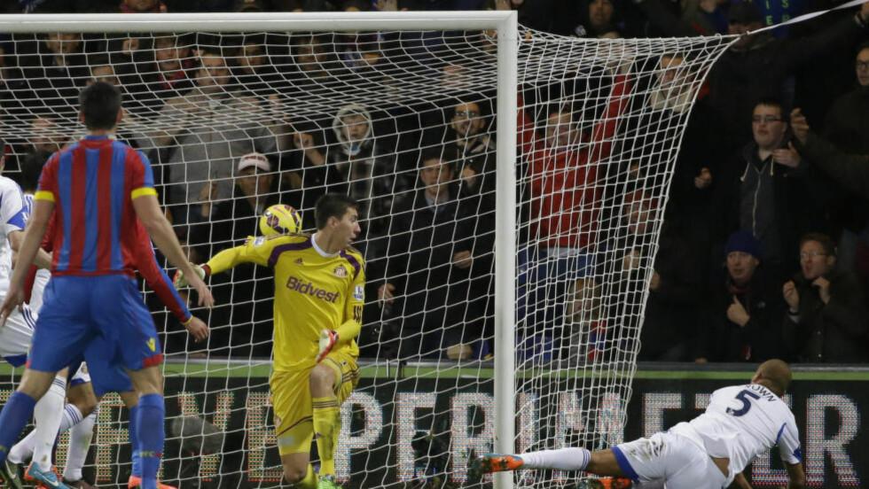 SELVMÅL: Sunderlands Wes Brown setter ballen i eget nett, men det hjalp lite for Crystal Palace som tapte 1-3. Foto: AP Photo/Matt Dunham