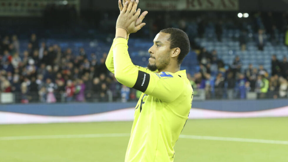 TAKKER: Adam Larsen Kwarasey takker fansen for støtten etter kampen mot Molde. Han fikk derimot ingen offisiell avskjed av klubben i sin siste hjemmekamp for Strømsgodset. Foto: Terje Pedersen / NTB scanpix