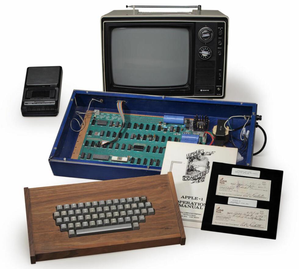 GARASJESALG: Steve Jobs solgte denne maskinen fra sine foreldres garasje i 1976 for 600 dollar. Foto: REUTERS / NTB scanpix