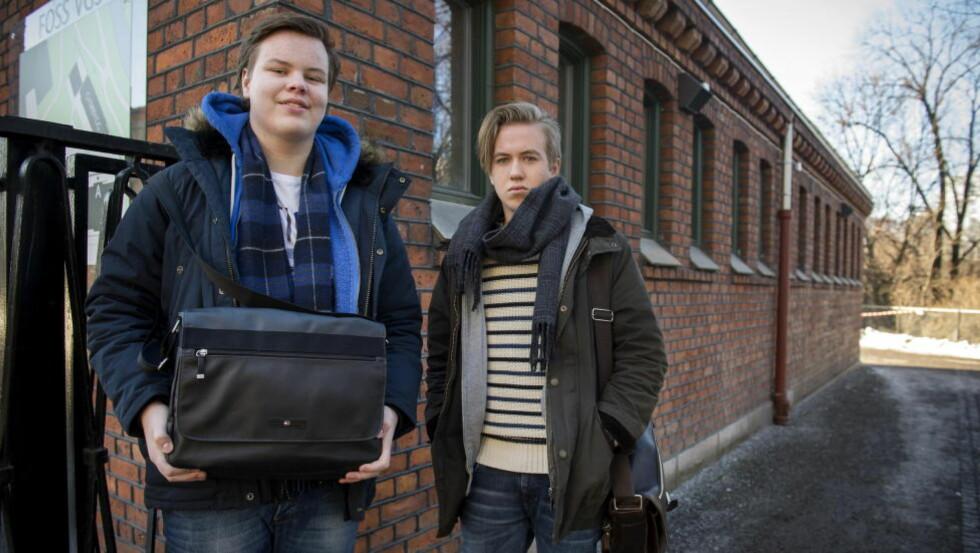 KJØPEPRESS:  Mads Nymoen (17) Lars Hovland Urfe (17) tror jentene bruker mest penger på klær og vesker. Foto: Øistein Norum Monsen / DAGBLADET