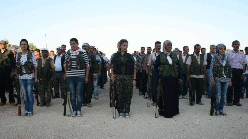 """VERDENSKJENT:  Kvinnen i midten har blitt kalt """"Rehana"""" og """"engelen av Kobani"""" av internasjonale medier, og ble verdenskjent for sin kamp mot IS. Det eneste problemet er at det mest sannsynlig bare er en myte. Foto: Carl Drott"""