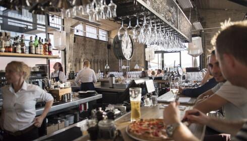 <strong>I BAREN:</strong> Skur 33 har bord inne og ute, og du kan også spise i baren.&nbsp;
