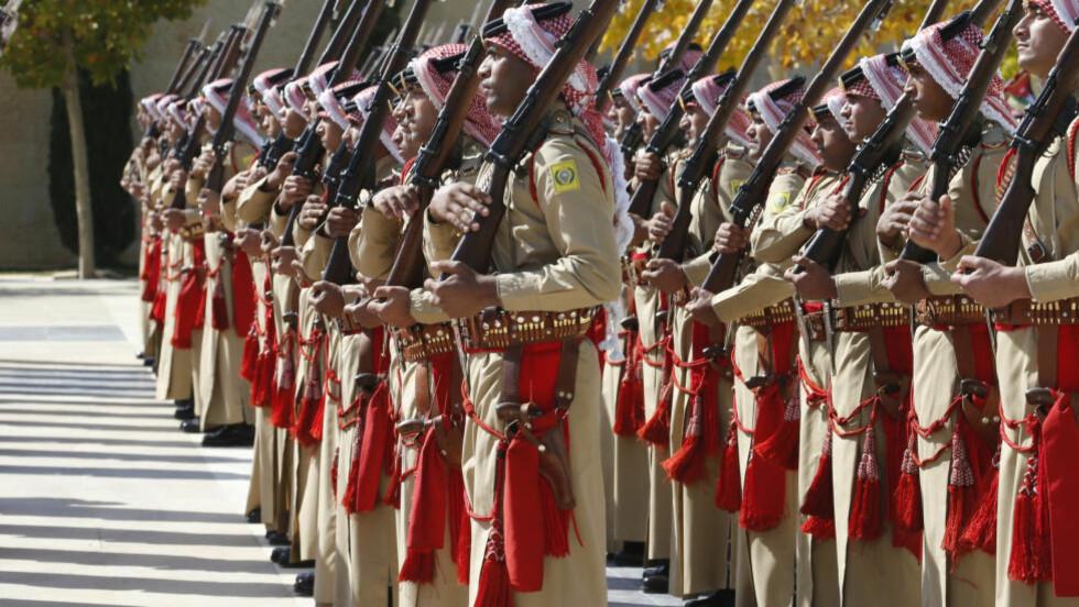 EKSPORT: Jordanere står æresvakt i Amman den 29. oktober. Landet mottok militærmateriell for over 4,2 millioner kroner fra Norge fra 2002-2009, ifølge en ny rapport. Foto: Muhammad Hamed / Reuters / NTB scanpix
