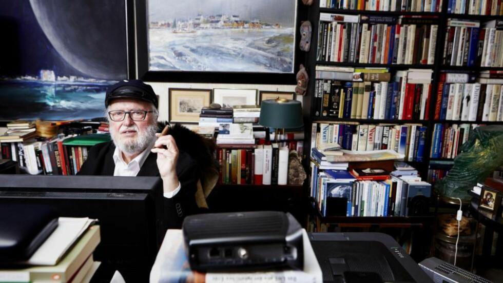 ORDETS MANN: Ordets mann: Bokhyllene hjemme hos Johansen og kona inneholder rundt førti tusen bind, anslår han selv. Men nå er det som nettskribent han skaper debatt.Foto: Paul Paiewonsky