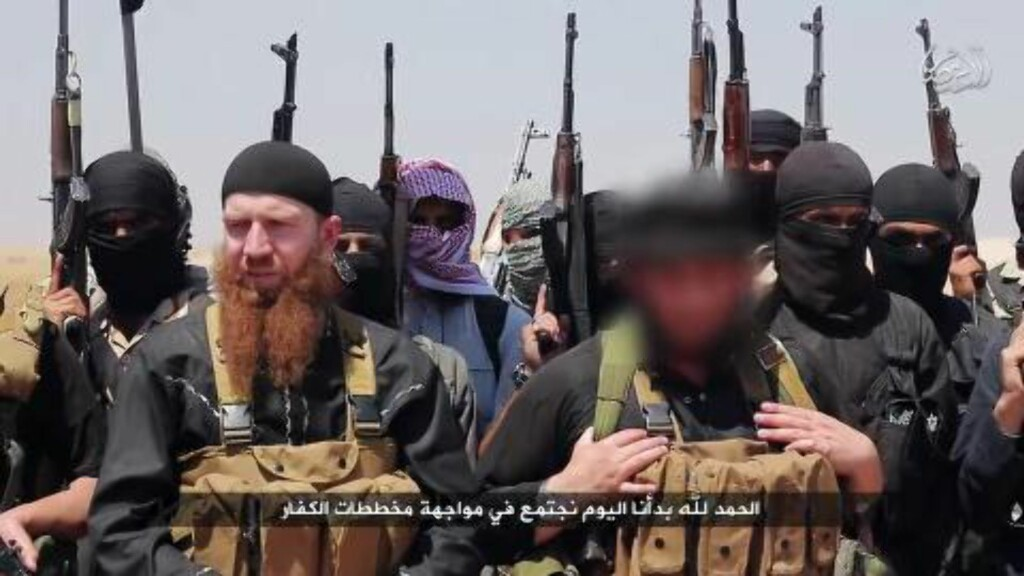 TRUER NORGE:  Fire terrorister fra Den islamske stat var i sommer på vei mot Norge for å utføre et terrorangrep. De siste månedene har også trusselen mot Norge blitt skjerpet. Her er et bilde av IS-leder Abu Omar al-Shishani (venstre foran) og talsmann Abu Mohammed al-Adnani (høyre foran). Al-Adnani oppfordret i september til drap på borgere av alle land i den USA-ledede alliansen som angriper dem i Irak og Syria. Derav også Norge. Foto: Al-Itisam Media / HO / AFP Photo