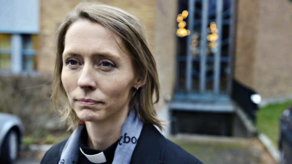 <strong>VENTER MANGE SØRGENDE:</strong> Sokneprest Kjerstin Jensen venter mange sørgende, og har fått satt ut 400 stoler til bisettelsen. Foto: Øistein Norum Monsen / Dagbladet