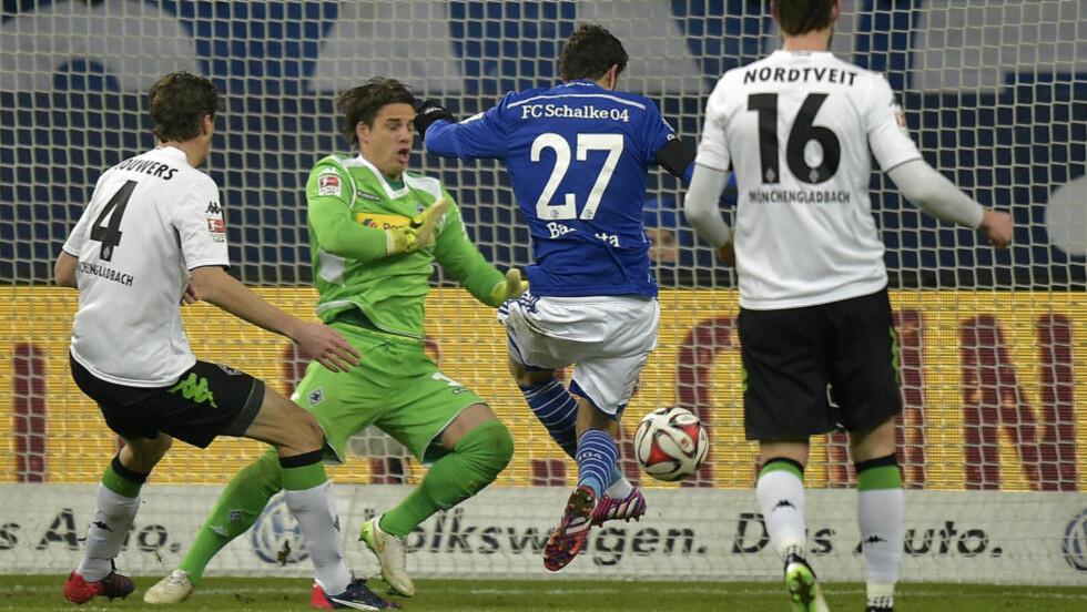 MED PÅ TAPET: Håvard Nordtveit måtte konstatere at Schalke og Tranquillo Barnetta var et nummer for store i kveldens toppkamp.Foto: AP /Martin Meissner / NTB Scanpix