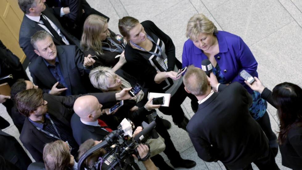 ØKT RISIKO Statsminister Erna Solberg sier det er nødvendig å delta i den militære kampen mot IS selv om det betyr økt terrorfare mot Norge. Her snakker hun med pressen etter redegjørelsen for Stortinget i formiddag. Foto: Vidar Ruud / NTB scanpix