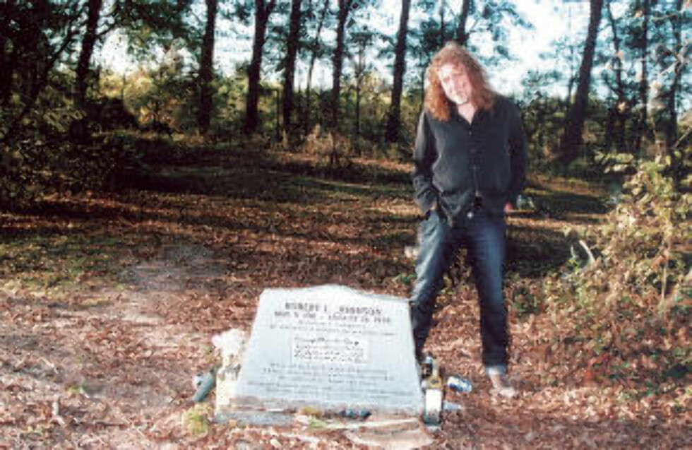PÅ PILEGRIMSREISE: Robert Plant ved bluespioneren Robert Johnsons antatte grav i Greenwood, Mississippi. Foto: Panny Mayfield
