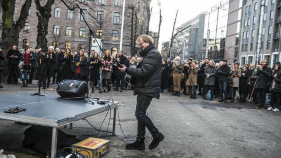 SYNGER I: Lars Lillo-Stenberg spilte to låter for de oppmøtte på markeringen mandag. Foto: Thomas Rasmus Skaug / Dagbladet