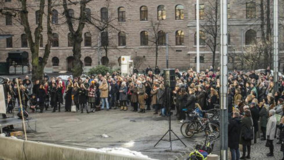 ENGASJEMENT: Rundt 300 mennesker møtte opp i regjeringskvartalet mandag, for å vise hva de mener om at Y-blokka skal rives. Foto: Thomas Rasmus Skaug / Dagbladet