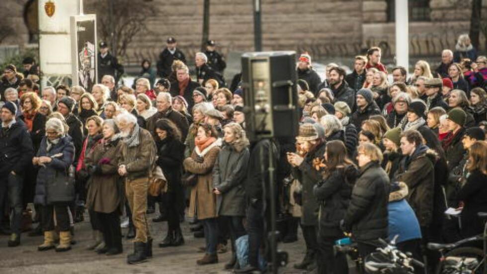 STØTTER AKSJONEN: Arkitekter, kunstnere og andre møtte opp i februarsola mandag. Foto: Thomas Rasmus Skaug / Dagbladet