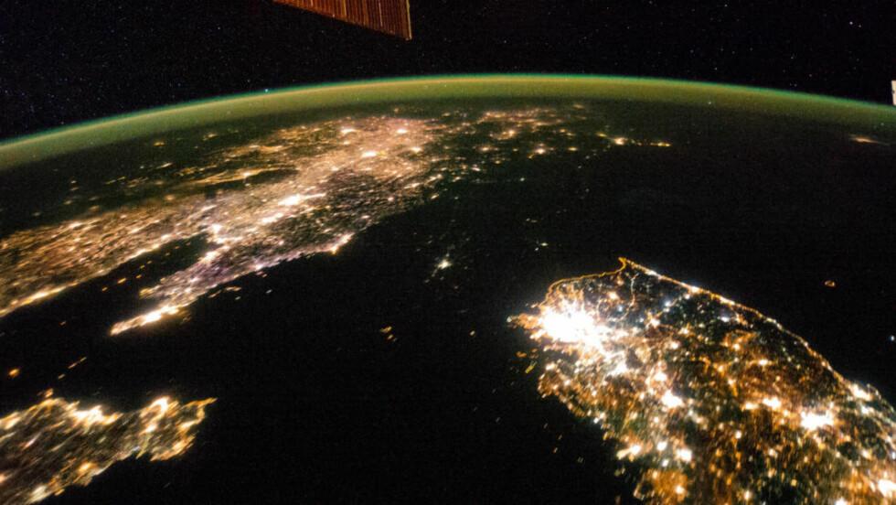 BERØMT SATELITTBILDE:  Dette bildet viser det skinnende Sør-Korea til høyre i bildet og Kina øverst til venstre. Og mellom der et mørkt Nord-Korea. Bildet er tatt på Den internasjonale romstasjonen (ISS) den 30. januar 2014. Foto: NASA / NTB Scanpix