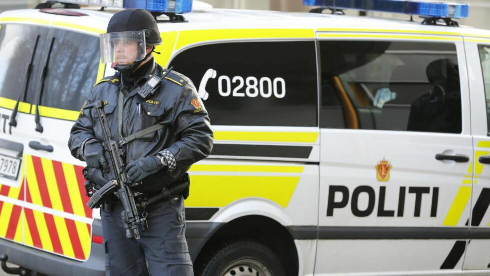 NY VÅPENINSTRUKS:  Politidirektoratet får nå fullmakt til å bevæpne politiet i inntil tre måneder. Illustrasjonsfoto: Terje Pedersen, NTB Scanpix.