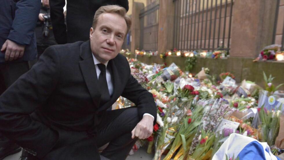 LA NED BLOMSTER: Utenriksminister Børge Brende (H) la ned blomster ved synagogen i København for å hedre Dan Uzan (37), som ble drept natt til i går. Foto: ØISTEIN NORUM MONSEN / DAGBLADET