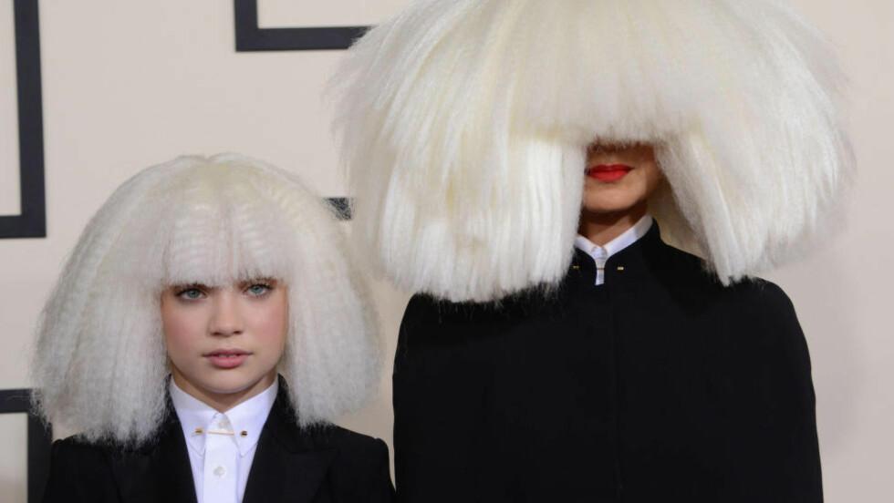 PARYKK: Sia (t.h.) viser seg sjelden offentlig. Her gjemt bak en parykk på Grammyutdelinga tidligere i år, sammen med den 12 år gamle danseren Maddie Ziegler. Foto: Stella Pictures