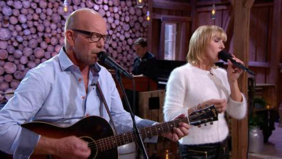 FIN DUETT: Jonas Fjeld og Silje Nergaard synger «Nå vi deler alt» . Foto: TV 2
