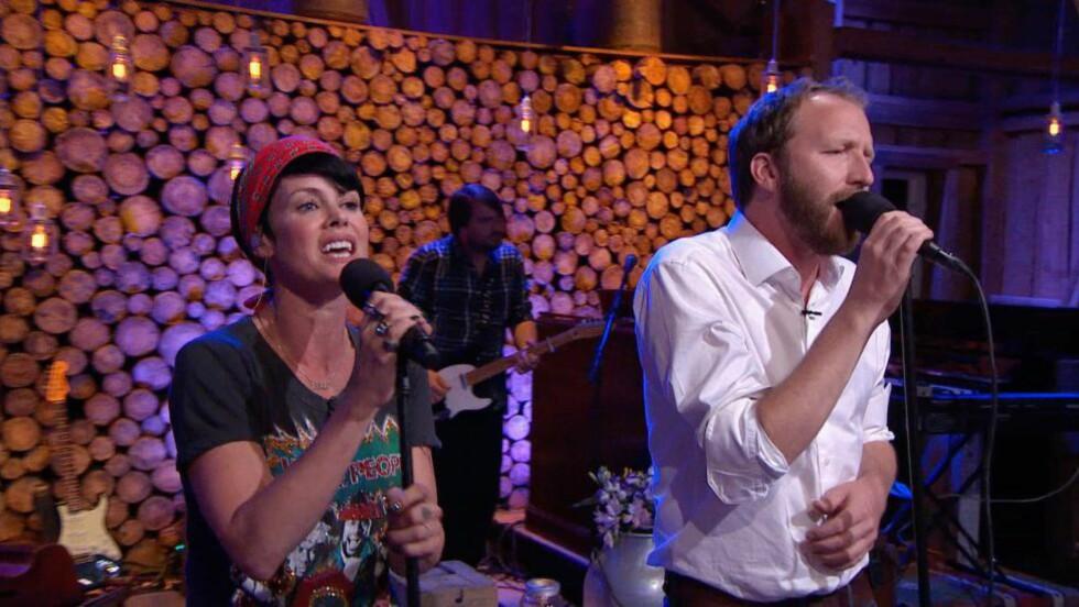 AQUA-HISTORIE: Lene Nystrøm og Thom Hell synger Aqua-låta «Turn Back Time» i årets siste «Hver gang vi møtes» - og gjør den bedre enn originalen. Foto: TV 2
