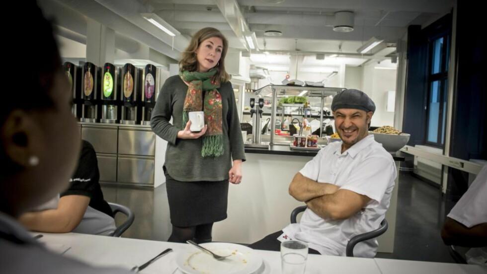 MATGLAD: Mirja Weston setter stor pris på kantinetilbudet på jobben og kan ikke få skrytt nok av Billy Hammami og de andre som lager lunsj til de ansatte i Finn. Foto: Øistein Norum Monsen/