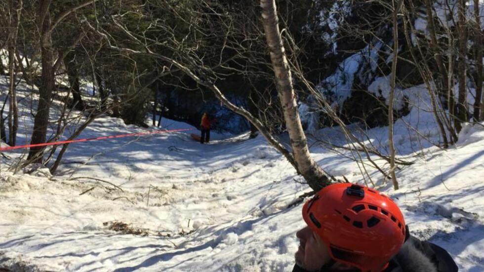REDNINGSAKSJON: Politet fikk ved 9.15-tida melding om en klatreulykke i Rjukanfossen, og luftambulanse og et Sea King-helikopter ble sendt til stedet. Den skadde isklatreren, som lå på en fjellhylle mellom 60 og 70 meter fra bunnen av juvet, skulle hentes ut av et Sea King-helikopter. Det lot seg imidlertid ikke gjøre fordi helikopteret ikke fant landingsplass. FOTO: Trym Mogen / Dagbladet