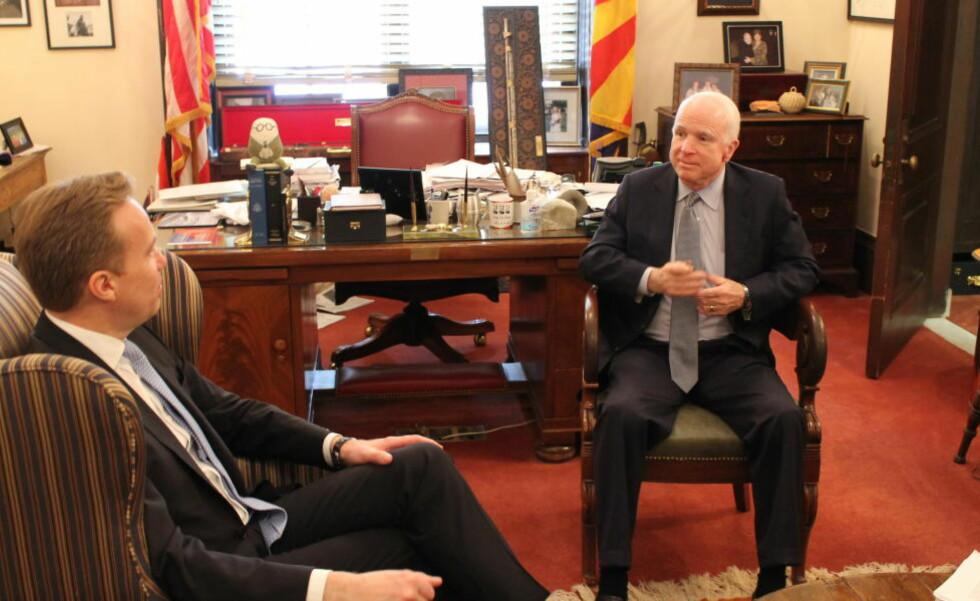 SKAMFULL: Den amerikanske senatoren John McCain er skamfull over den vestlige håndteringen av situasjonen i Ukraina. Han tok imot utenriksminister Børge Brende på kontoret. Foto: Vegard Kristiansen Kvaale / Dagbladet