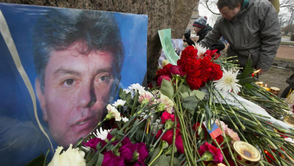 SKUTT OG DREPT: Den russiske opposisjonspolitikeren Boris Nemtsov døde kort tid etter ankomst til sykehus etter at han ble truffet av flere skudd på gata i Moskva i går kveld. Foto: Dmitry Lovetsky / AP Photo / NTB scanpix