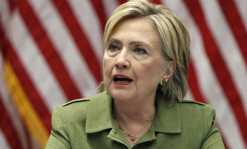OMGANG NUMMER TO: Presidentkandidat Hillary Clinton er ikke ferdig med e-postsaken på en stund ennå, etter at det i dag ble kjent at 14 900 e-poster ikke ble nevnt av Clintons advokater. Disse kommer i tillegg til de 30 000 som allerede er gransket. Foto: Carolyn Kaster / AP / NTB Scanpix