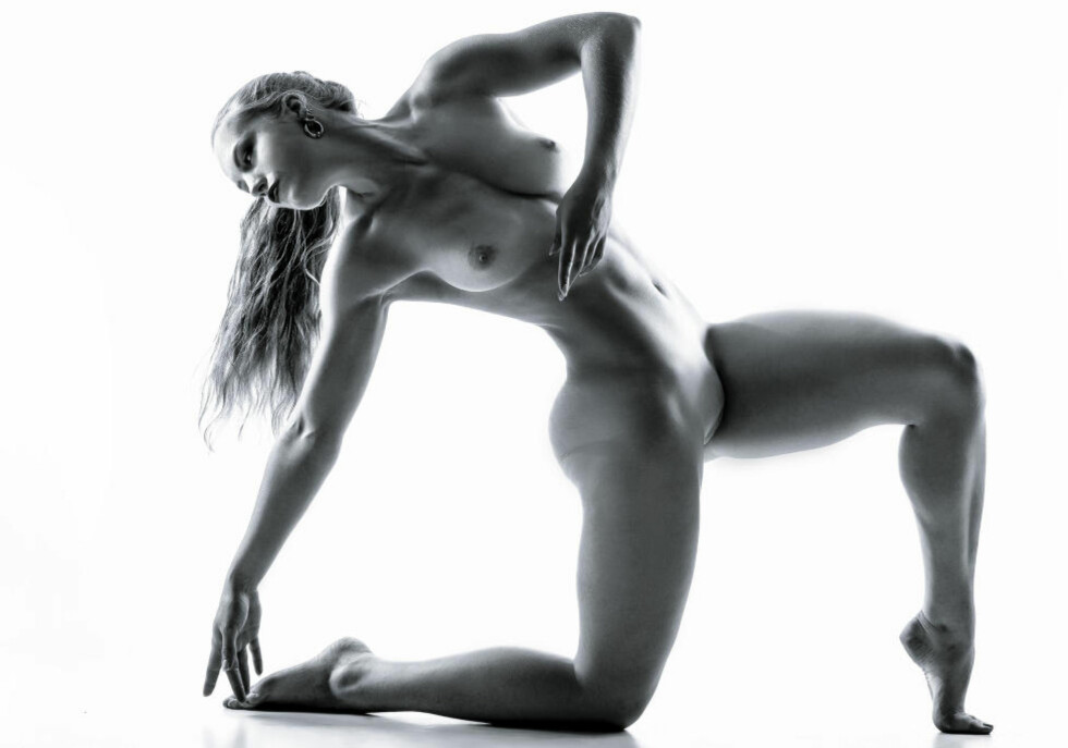 MODELL: Å stå aktmodell har vært en hobby for 23 år gamle Lise Marie Sommerstad de siste fem årene. Senterparti-politikeren avviser at hun bruker bildene for å få oppmerksomhet, og understreker at hun aldri har blandet modell-hobbyen og politikergjerningen. Foto: Jon Klasbu