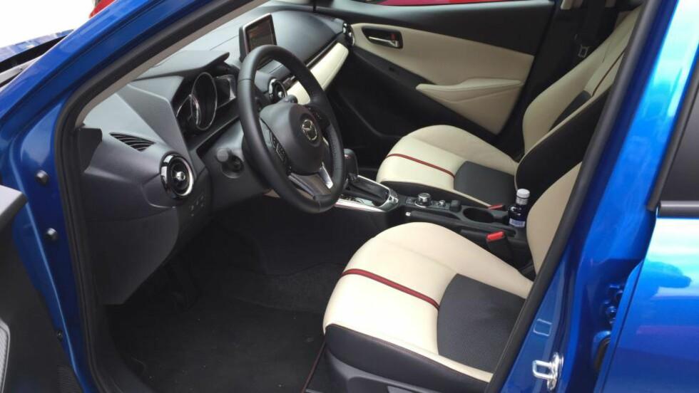 PREMIUM: De færreste vil nok velge skinn, men Mazda 2 tilbyr premiumutstyr som  Headup display, automatisk nedblending, Full LED og omfattende underholdningspakke. Foto: RUNE M. NESHEIM / AUTOFIL / DINSIDE.NO