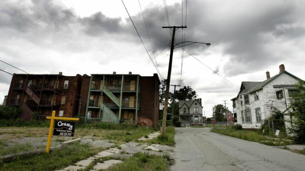 NEDTUR: Dette området var en gang et levende og idyllisk middelklasseområde i Detroit. Nå er det forlatt. Liknende tilfeller finnes det mange av i den en gang så stolte byen. Foto: AFP PHOTO / JEFF HAYNES