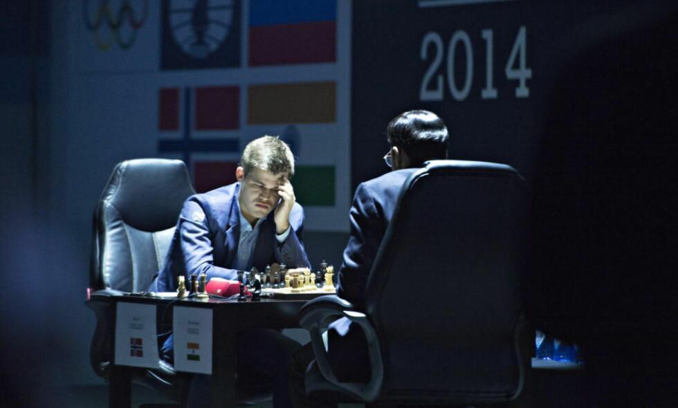 KLAR FAVORITT: Magnus Carlsen er favoritt til å vinne over Vishy Anand i den i lørgens kamp. Det mener også Dagbladets sjakkmester. Foto: Hans Arne Vedlog / Dagbladet